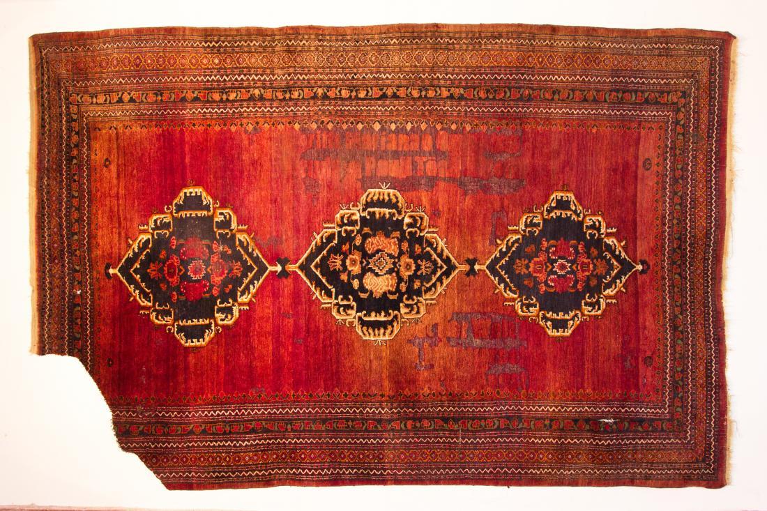 ... Und Polemische Abzeichen Sowie Die Martialischen Symbole Werden Zur  Dekoration Eines Traditionellen Afghanischen Tschaderi, Einem  Ganzkörperschleier.